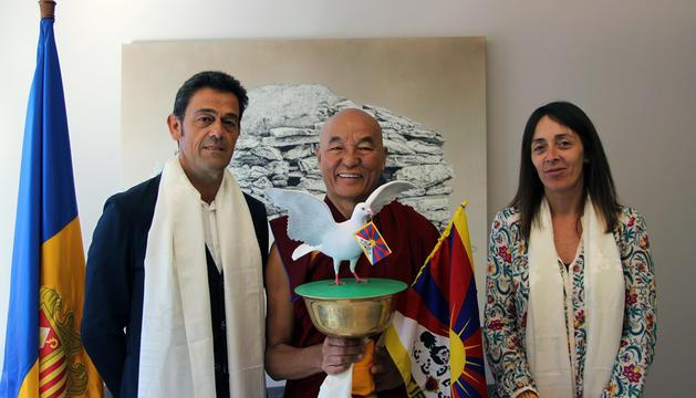 El representant del Dalai Lama, Thubten Wangchen, visita els cònsols d'Ordino, Josep Àngel Mortés i Gemma Riba en la seua visita a Andorra la Vella