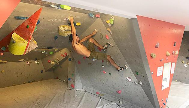 Joan Carles Mourelo practicant l'escalada en bloc al Bloc Cafè.
