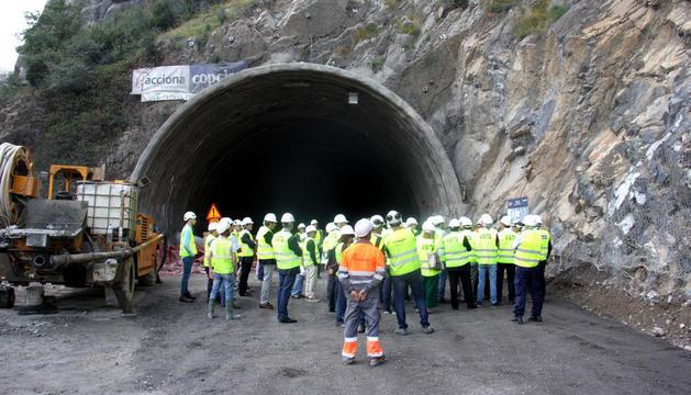 Autoritats en el moment de la calada del túnel.