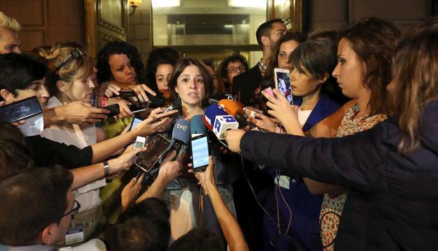 Adriana Lastra (PSOE) atenent els mitjans després de la reunió amb Podem, ahir.
