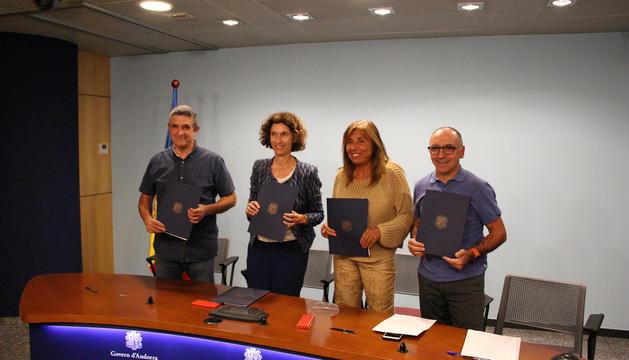 Els representants durant la signatura de l'acord.