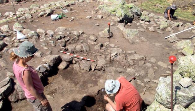 Els arqueòlegs, treballant a Encenrera, a prop de Pessons.