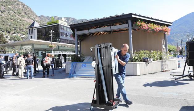 Preparatius a la plaça del Poble aquest matí per la visita de Macron