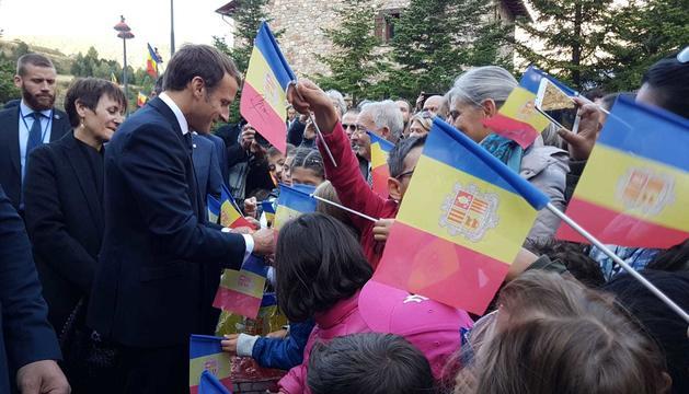 El Copríncep francès ha saludat als ciutadans que l'esperaven a les portes del comú