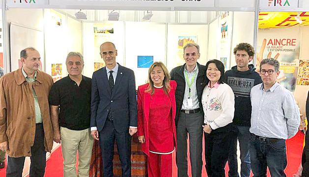 Toni Gil i membres de la Fe Bahá'í d'Andorra amb Toni Martí i Conxita Marsol durant la Fira d'Andorra la Vella, l'any passat.