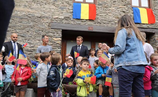 Emmanuel Macron ha saludat desenes d'escolars a Ordino