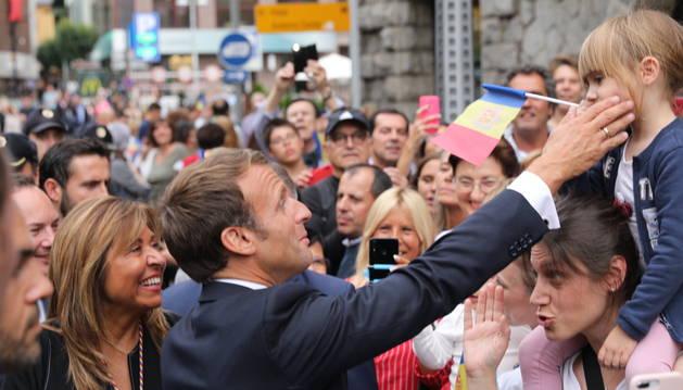 Macron a l'arribada al comú de la capital