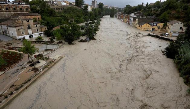 El riu Clariano, totalment desbordat al seu pas per Ontinyent.