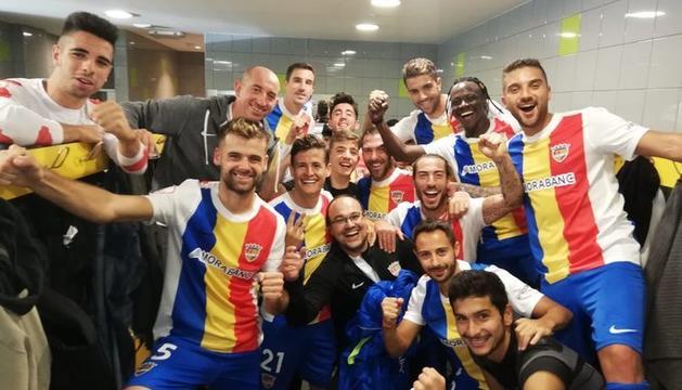 Els jugadors de l'Andorra celebren el triomf d'avui al vestidor.