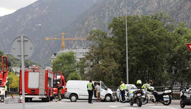 Accident entre un turisme i una camioneta a la rotonda.