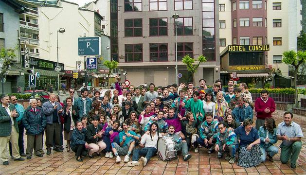 Tot l'equip de l'arinsal-pal La massana celebrant la fita a la plaça Rebés.