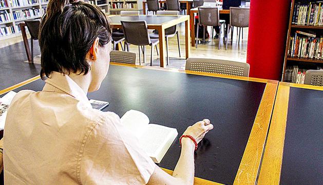 Usuaris assisteixen diàriament a la biblioteca per preparar els exàmens.
