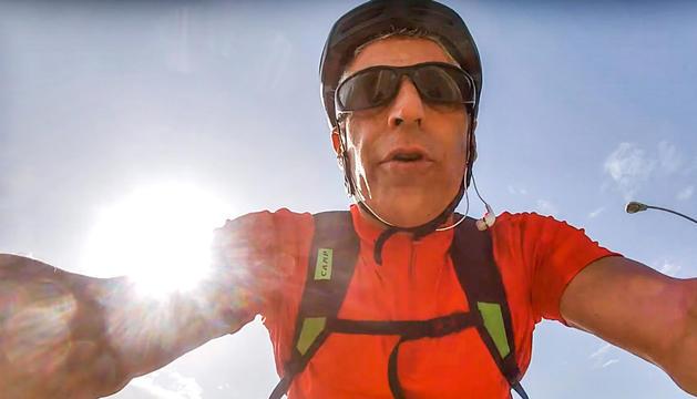 Jesús Moll durant la gravació, mentre anava en bicicleta, del missatge contra Andorra.