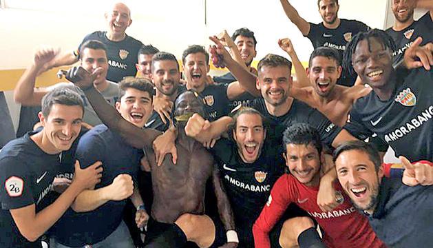L'equip celebra la victòria al vestidor visitant del camp de l'AE Prat.