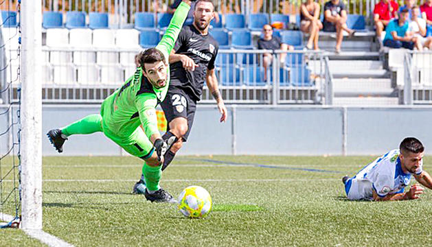 Víctor Casadesús supera el porter de l'AEPrat per fer el gol del triomf en l'últim sospir.