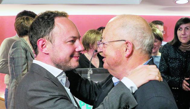 El cap de Govern, Xavier Espot, rebent la felicitació del seu pare després de guanyar les eleccions generals de l'abril passat.