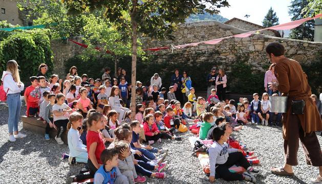 Els alumnes i les alumnes de la parròquia de Sant Julià de Lòria assisteixen a la vila medieval en la qual s'ha convertit el seu poble