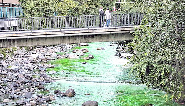 El comú d'Andorra la Vella volia muntar una font de colors al Valira i ha acabat tenyint el Valira de color verd.