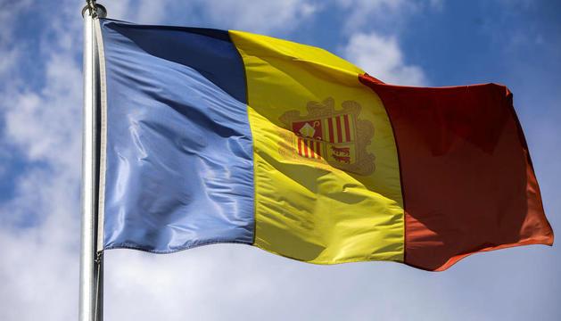 La bandera nacional amb l'escut.