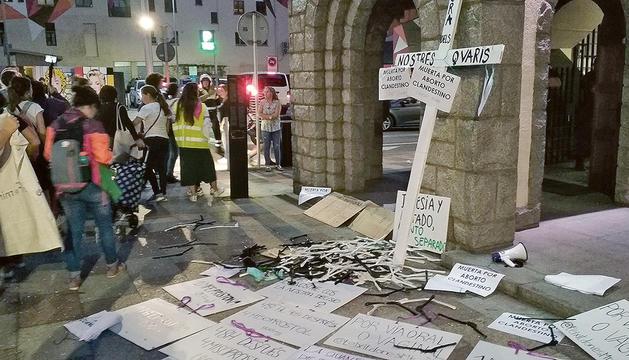 Entrada de l'església amb els cartells feministes.