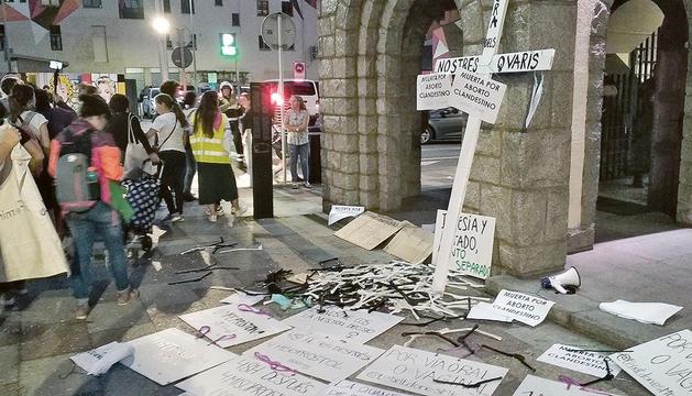 Les feministes es van concentrar davant l'entrada de l'església, van penjar cartells i van llançar perxes i píndoles abortives.
