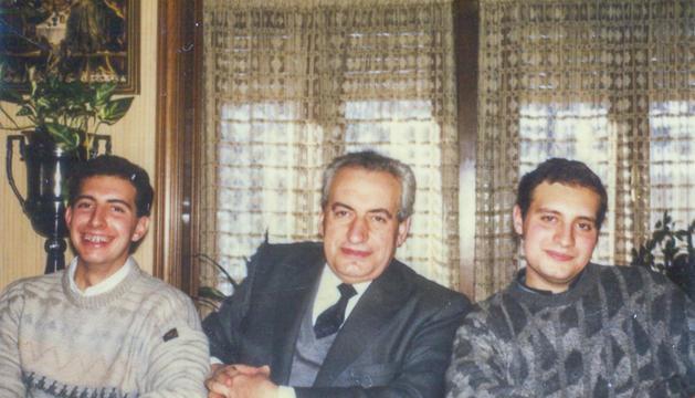 Josep Pintat amb el pare i el germà en una jornada familiar als vuitanta.
