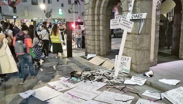 Acció feminista davant l'església de Sant Pere Màrtir.