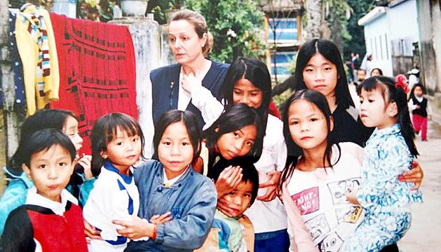 Elisabet Planas amb nens apadrinats en un dels viatges a Hue, al Vietnam.