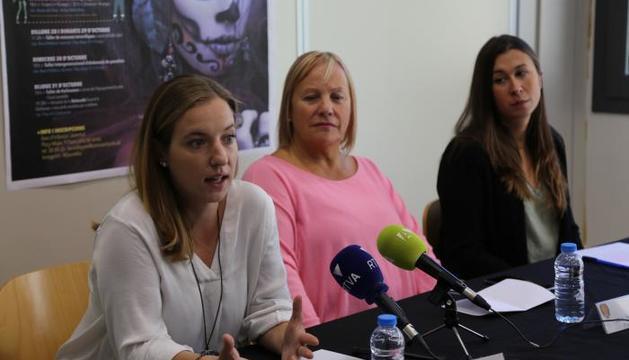 L'educadora, Júlia Barón, la consellera de Social, Francesca Barbero, i la tècnica de Joventut, Lídia Rebés durant la roda de premsa d'aquest matí