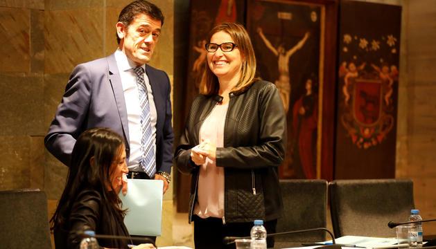 El cònsol major Josep Àngel Mortés, i les conselleres de la minoria Eva Choy i Sandra Tudó, al comú d'Ordino.