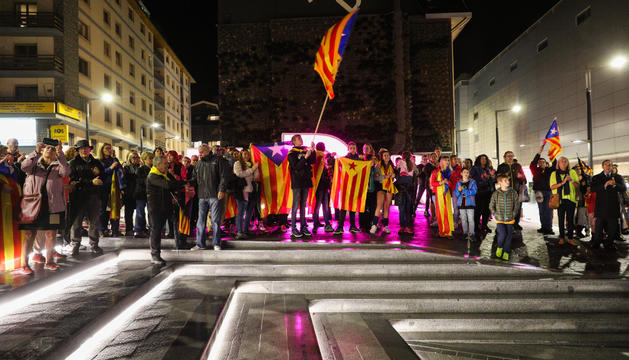 Els manifestants a la plaça de The Cloud, amb ensenyes independentistes durant la concentració d'ahir.