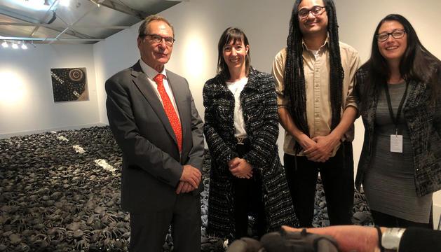 L'artista amb el galerista, l'ambaixadora Descarrega i Mònica Escofet.