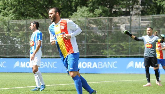 Víctor Casadesús celebrant el gol davant l'Ejea a Prada de Moles, el dia del seu debut.