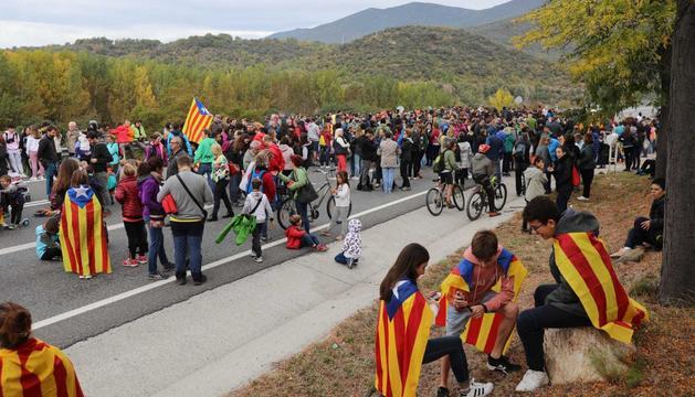Les imatges del tall a l'N-145 per la vaga general a Catalunya