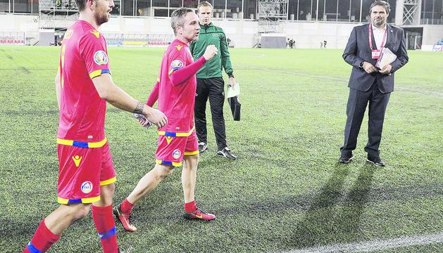 Salustià Chato, a la dreta, a l'últim partit de la selecció absoluta a l'Estadi Nacional.
