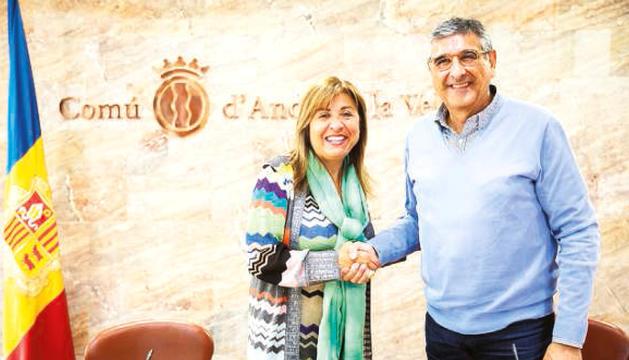 La cònsol i Turi Riberaygua, el propietari de la col·lecció, després de signar l'acord.