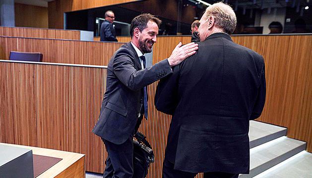 Pere López i Josep Pintat saludant-se en acabar una sessió del Consell General.
