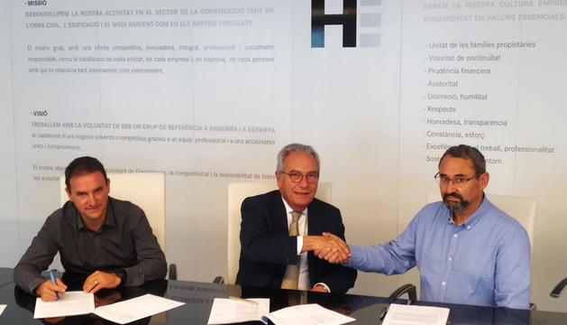 Signatura del projecte de La Torre amb les empreses constructores.