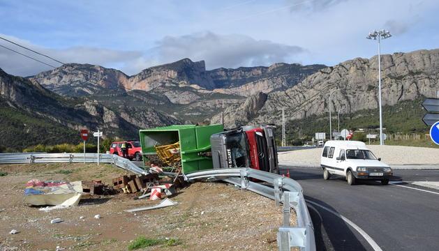 El camió bolcat a la rotonda d'Oliana