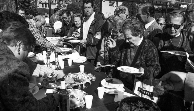 Centenars de persones van gaudir dels plats de bacallà la primera diada, el 1993.