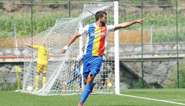 Ernest Forgas celebrant un gol contra el Badalona a Prada de Moles.