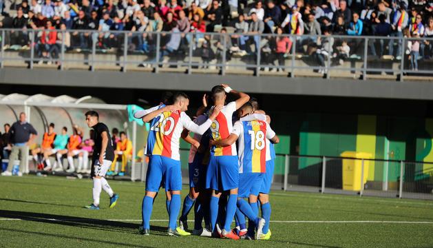 Els jugadors de l'FC Andorra celebren un gol a Prada de Moles.