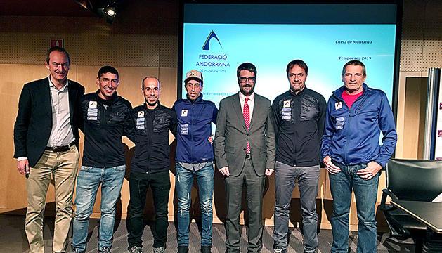 Els integrants de l'equip de curses de muntanya de la FAM, a la seu central de MoraBanc.