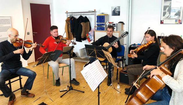 Els integrants del quintet, durant un dels assaigs.