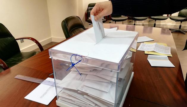 Un dels electors diposita el vot al consolat d'Espanya