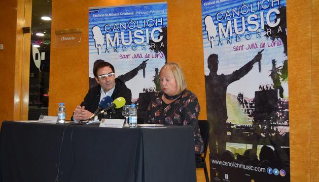 Mòssen Pepe Chisvert i la consellera Paqui Barbero durant la presentació del Canòlich Music Festival
