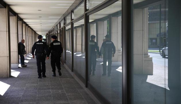 Una parella de policies davant l'entrada de la Batllia.