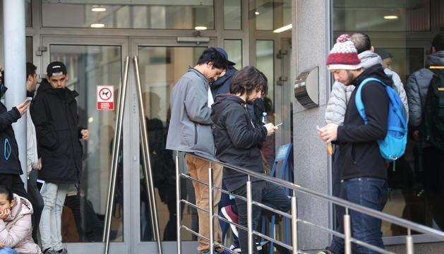 Temporers a l'entrada d'Immigració per obtenir la residència.