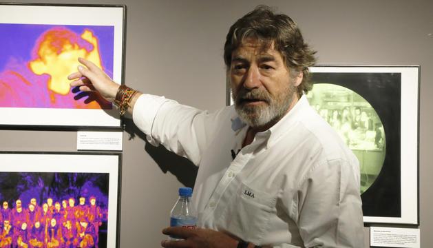 El biòleg i fotògraf científic,Luís Monje, durant la presentació de la seva exposició