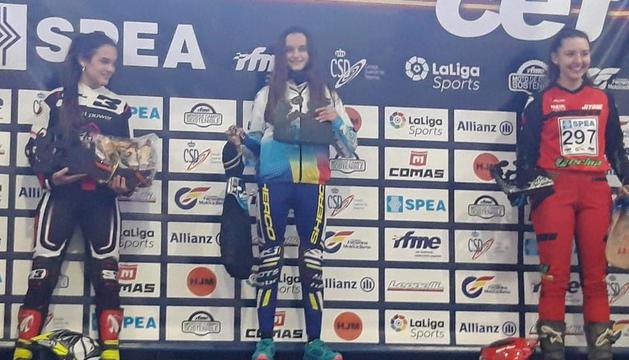 Laia Pi, al centre, celebra la victòria a Vall-de-roures.